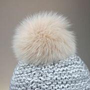 Náhled výrobku: Kožešinová bambule na čepici ze skandinávské polární lišky - barvená pudrová