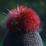 Náhled výrobku: Kožešinová bambule na čepici ze skandinávského mývalovce - barvená červeno-vínová