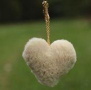 Náhled výrobku: Kožešinový přívěsek srdce - králík smetanový