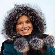 Náhled výrobku: Šála s kapucí zdobená kožešinou - stříbrná liška